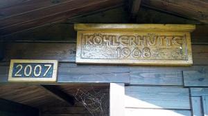 Korrekte Tafel an der Köhlerhütte ohne Deppenleerzeichen.