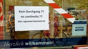 """Schild mit der Aufschrift """"No Continuity"""" - gemeint war """"kein Durchgang""""?"""